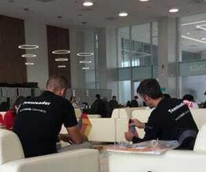 Während die Teilnehmer ihren Wettkampfplatz erkunden, dekorieren die Teamleiter.