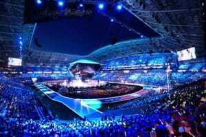 Ein ganzes Stadion voller Menschen feiert jubelnd die Eröffnung der WorldSkills 2019 in Kasan.