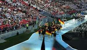 Das deutsche Team läuft bei der Eröffnungszeremonie stolz ein.