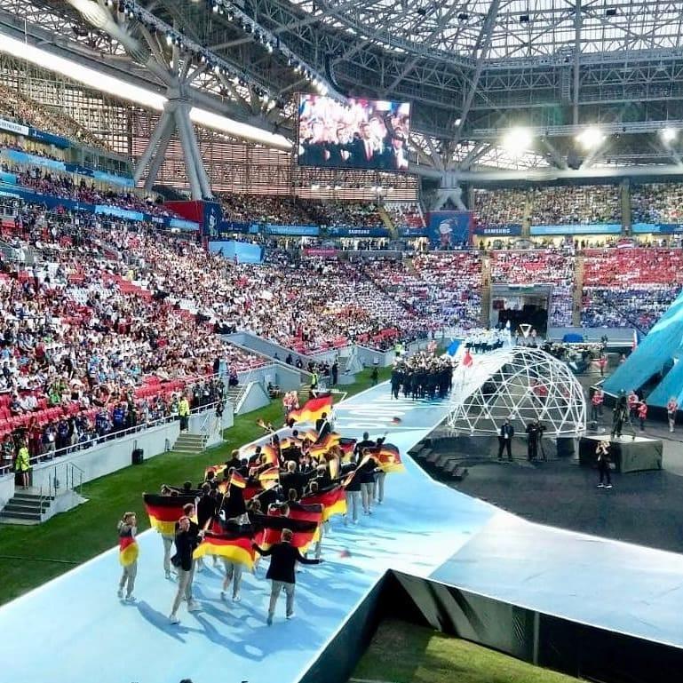 Als das deutsche Team in die Kasan-Arena einläuft feiern Team und alle Fans mit.