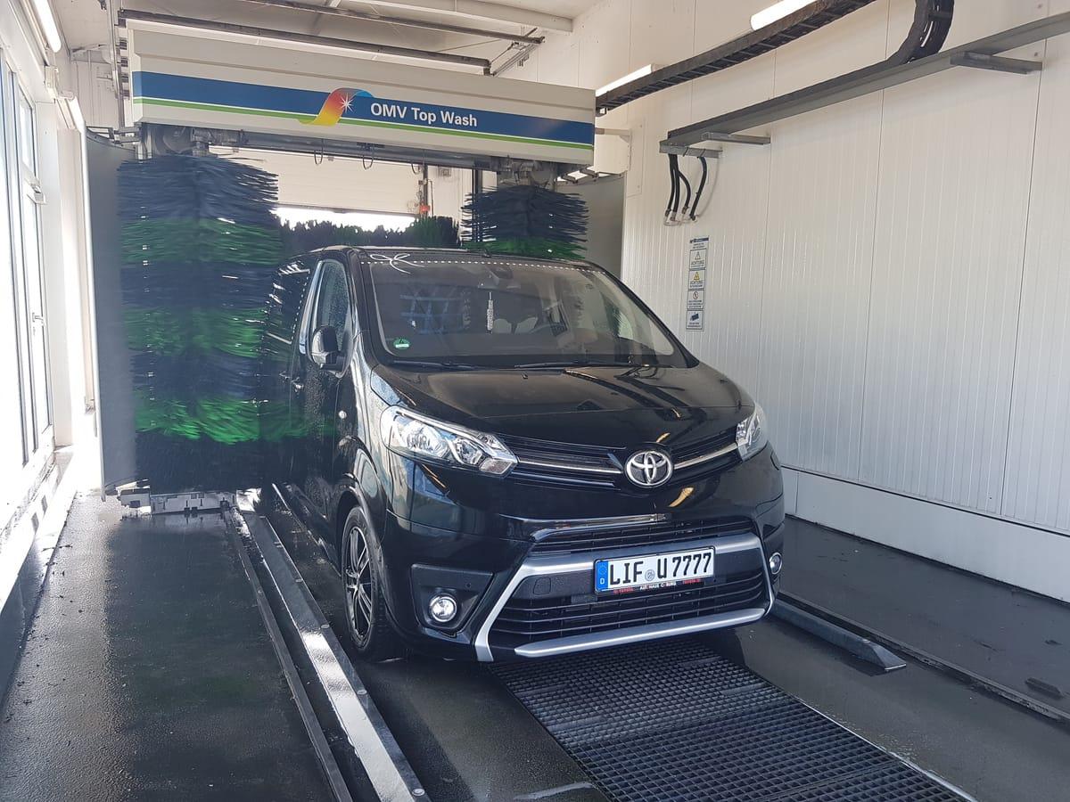 Geflüchtete mit neuer Perspektive: Tourbus in Waschanlage