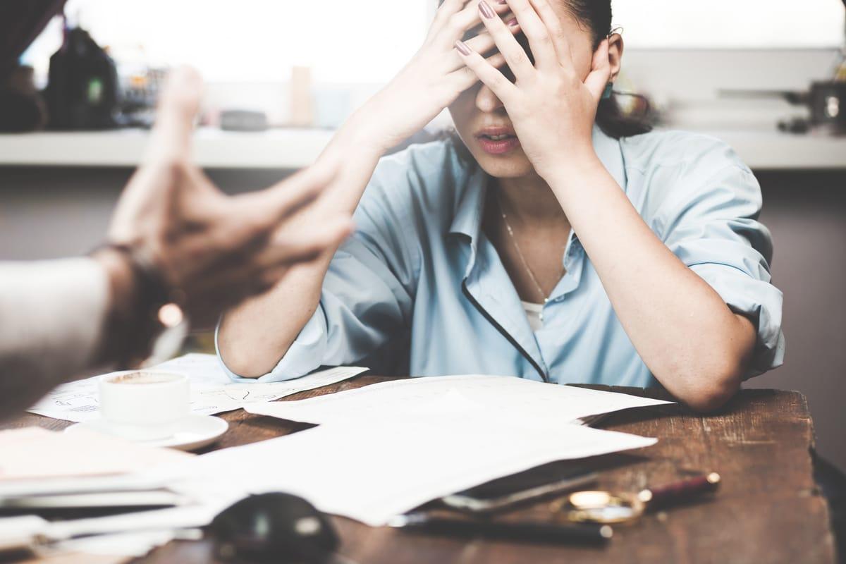 Elternzeit: Auf Mobbing am Arbeitsplatz richtig reagieren