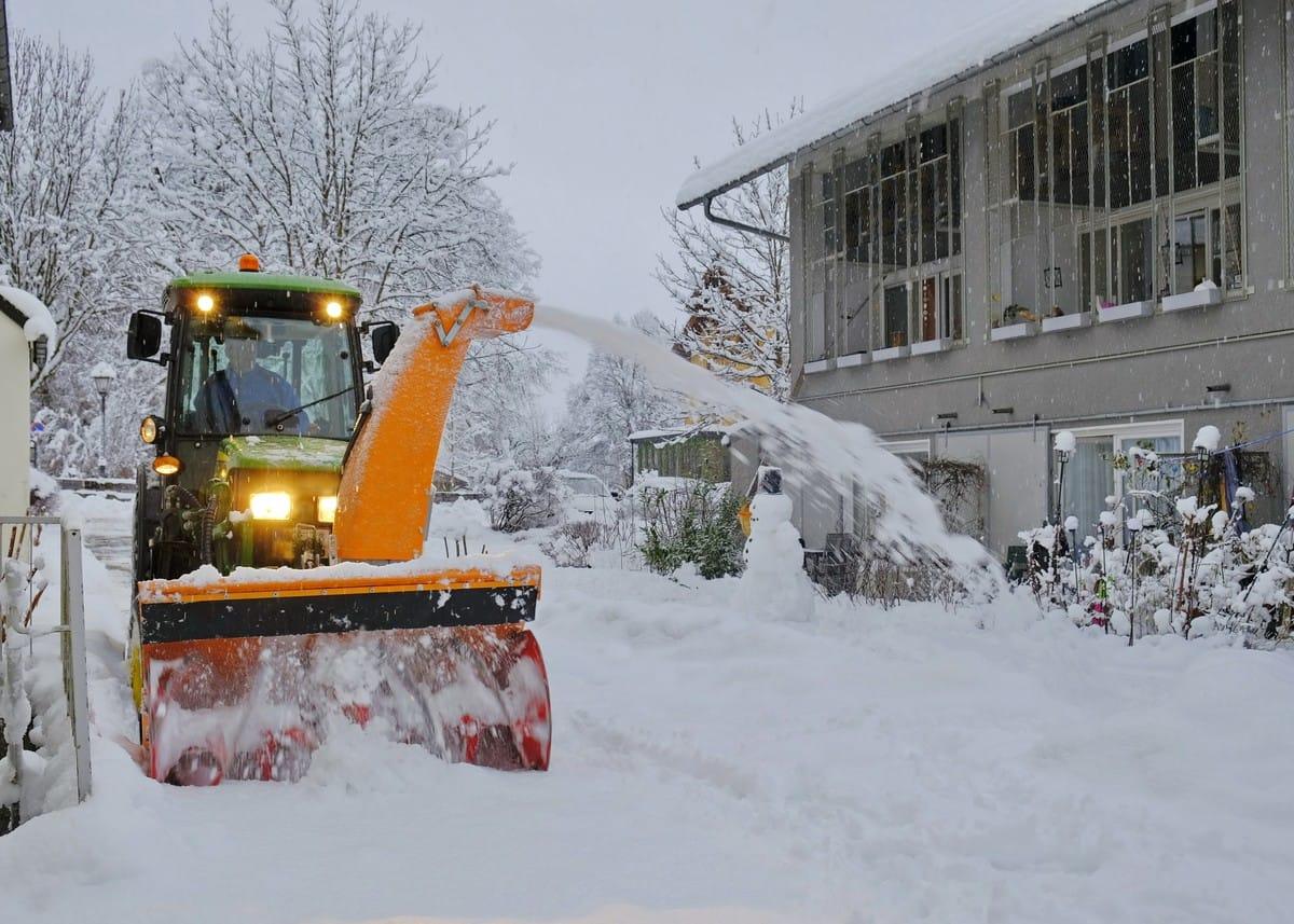 Sicherheit beim Winterdienst: Wenn Mitarbeiter mit der Schneefräse spielen