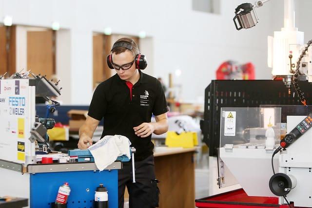 Franz Radestock arbeitet an Skill 01, Industriemechaniker.