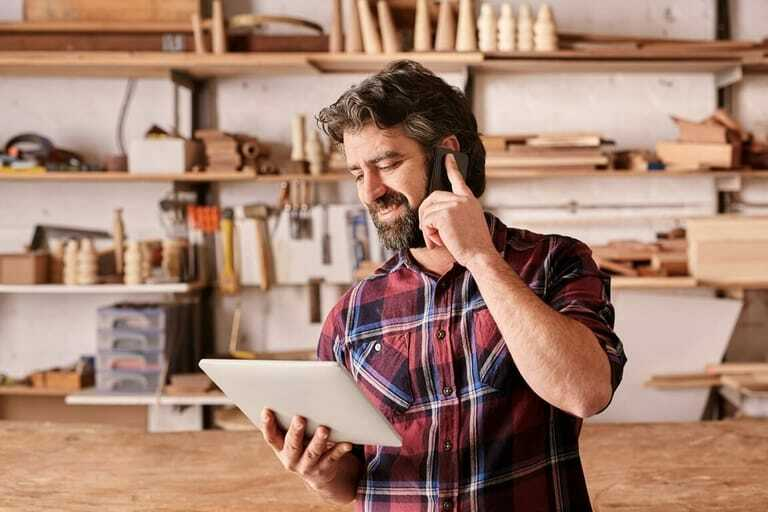 Handwerker telefoniert, Smartphone, Tablet