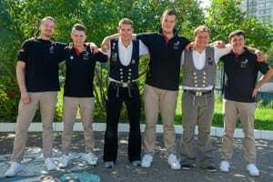 Gemeinsam sind sie stark: Die Teilnehmer des Deutschen Baugewerbes tankt noch einmal Kraft am Tag vor den Wettkämpfen.