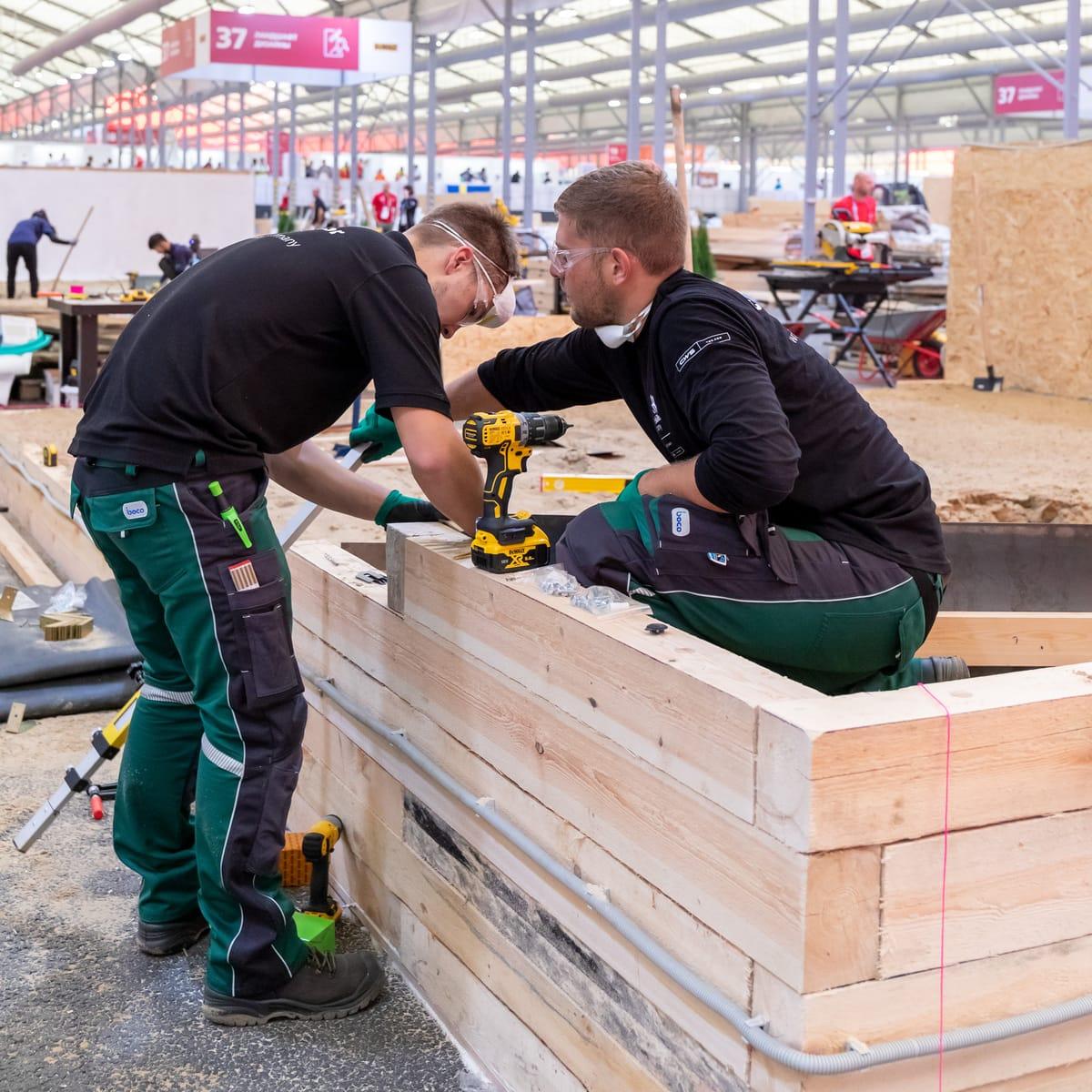 Landschaftsgärtner Julian Maier und Niklas Stadlmayr sind ganz in ihrem Element. Zu ihren Materialien gehört heute vor allem Holz.