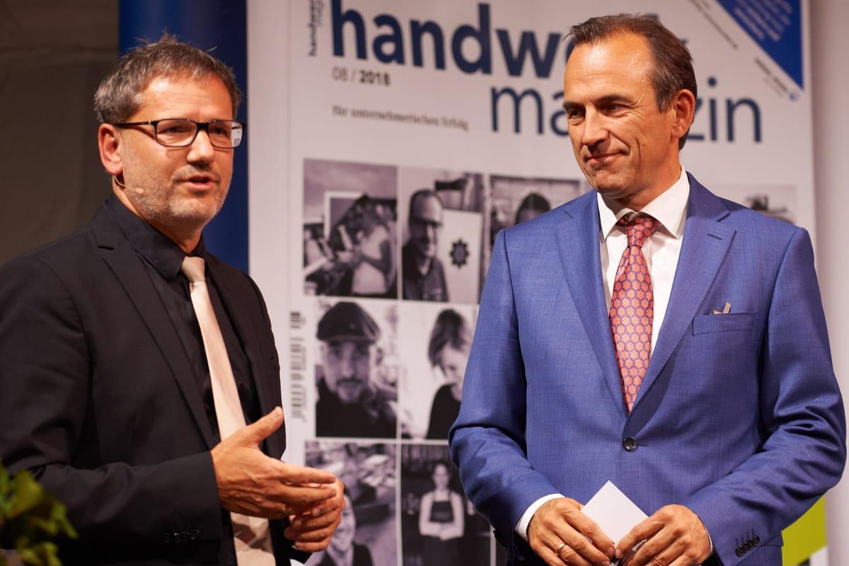 Chefredakteur handwerk magazin Olaf Deininger (li) und Norbert Heckmann, Sprecher der Geschäftsleitung von Adolf Würth GmbH begrüßen die Gäste