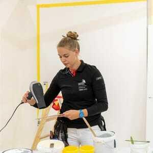 Malerin jessica Jörges arbeitet konzentriert an ihrer Aufgabe und lässt sich vom Trubel rundherum nicht stören.