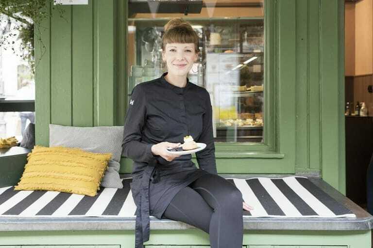 Konditormeisterin Lea Zapf vor ihrem Patisserie-Stand am Münchner Viktualienmarkt.