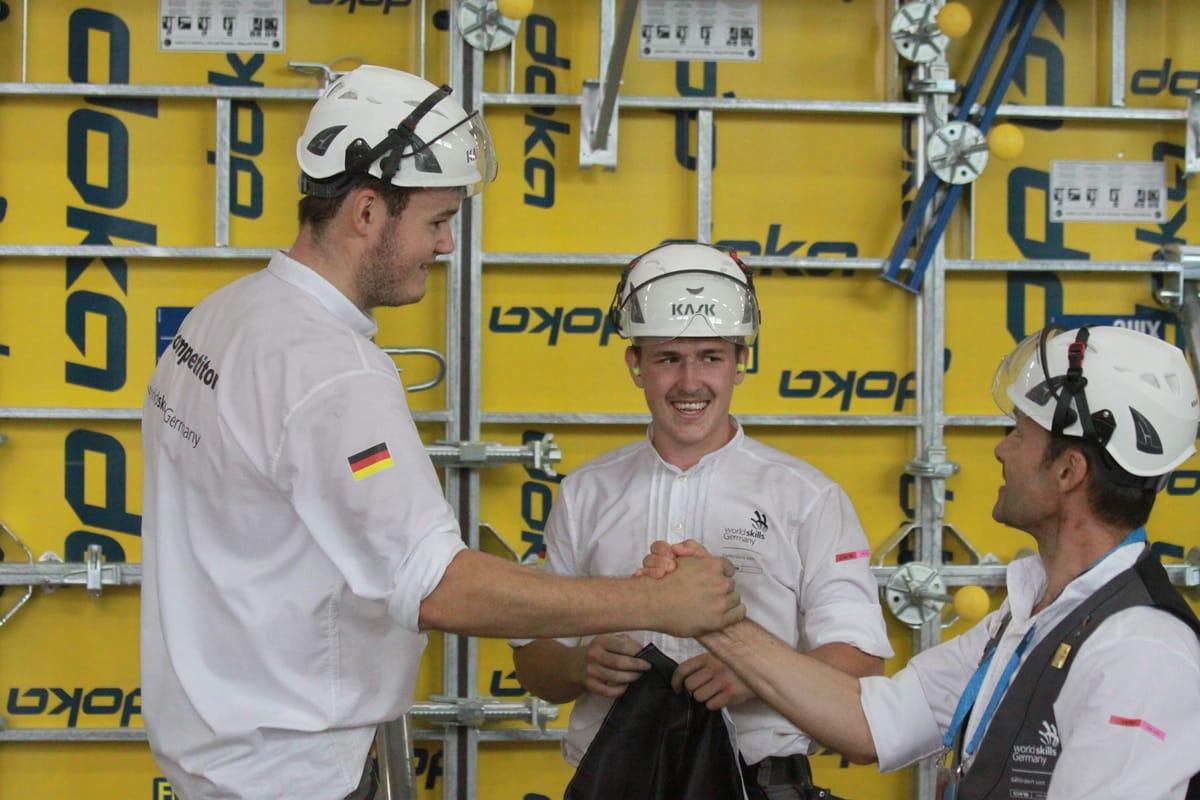 Die Stahlbetonbauer Niklas Berroth (li.) und Julian Kiesl mit ihrem Trainer Josef Leberle. Ein starkes Team.