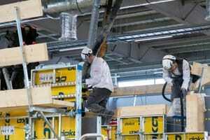 Die Stahlbetonbauer Julian Kiesl und Niklas Berroth hatten es heute mit Beton zu tun.