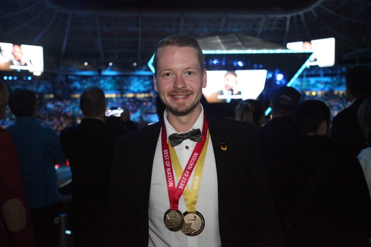 """Den Triple geholt: Fliesenleger Janis Gentner ist Sieger der Herzen, Sieger der Goldmedaille und Sieger der Medaille """"Best of Nation""""."""