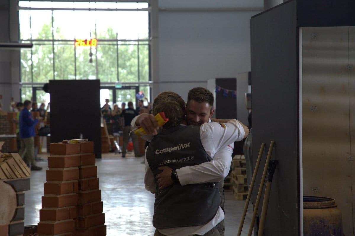 Da liegen sich zwei in den Armen: Maurer Christoph Rapp und sein Trainer Jannes Wulfes.