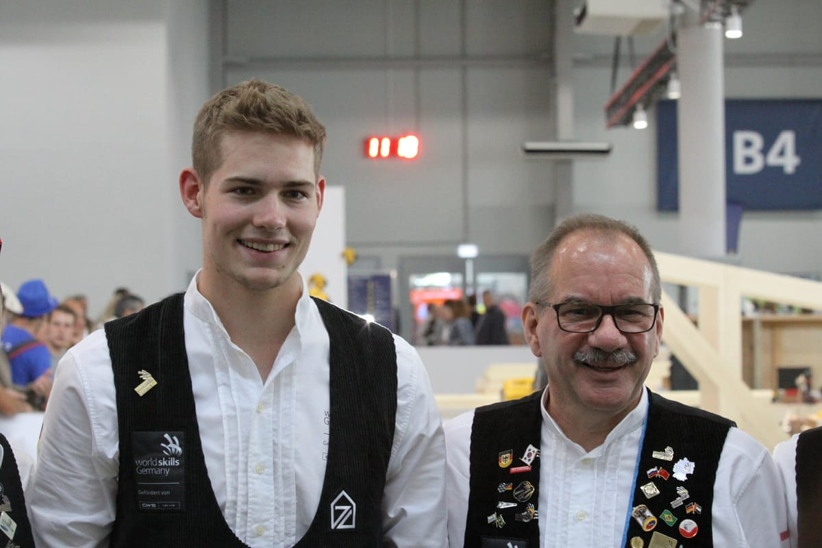 Beide glücklich: Zimmerer Alexander Bruns und sein Trainer Roland Bernardi.