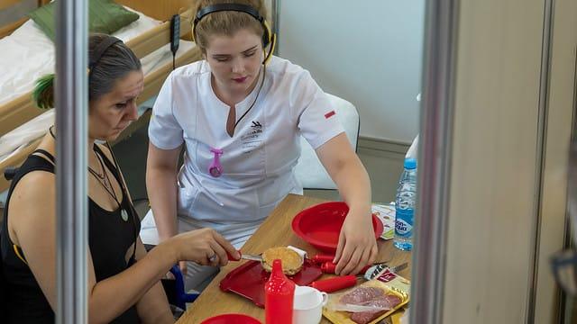 Elisabeth Hölscher zeigt an Skill 41 Gesundheits- und Sozialbetreuung, was sie kann.