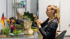Floristin Ines Senft sieht ganz entspannt aus bei der Detailarbeit.