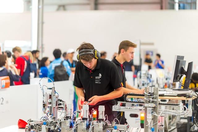 Die Mechatroniker Jan Kintzi und Felix Alt arbeiten Hand in Hand.