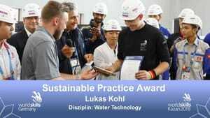 Lukas Kohl gewinnt in Skill 55, Water Technology, den Sustainable Practice Award.
