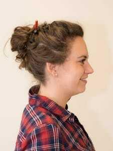 Luisa Haase-Kiewning Dutt mit Bleistift