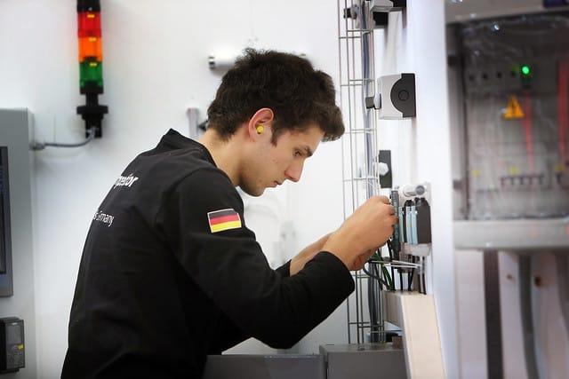 Beim Wettkampf an Skill 19, Anlagenelektrik, hat Stefan Lamminger den 4. Platz belegt und holt sich eine Exzellenzmedaille.
