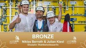 Gratulation! Die Stahlbetonbauer Niklas Berroth und Julian Kiesl holen sich die  Bronzemedaille.