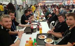 Beim gemeinsamen Mittagessen kann sich das Team Germany austauschen und motivieren.