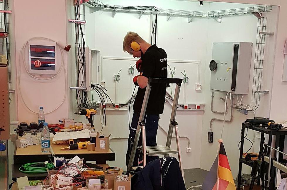 Elektroinstallateur Kai Lukas Rigterink, der Herr über die Kabel.