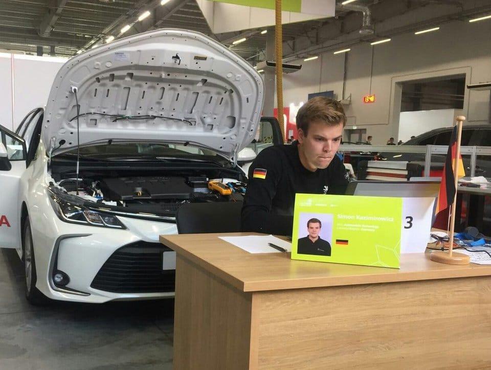 Kfz-Mechatroniker Simon Kazimirowicz sitzt wie gebannt an seinem Laptop.
