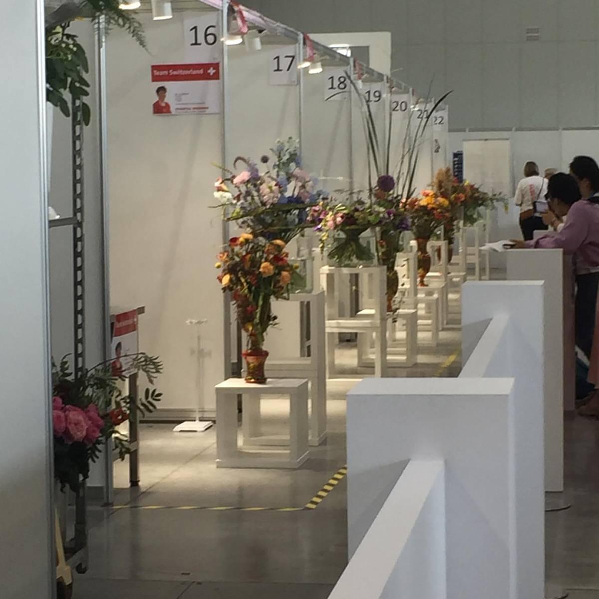 So sieht es am Stand von Skill 28 aus, wo die Floristin Ines Senft heute vormittag schon fleißig war.