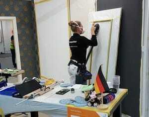 Jessica Jörges hat am Vormittag des zweiten Tages mit Mundschutz und Schleifmaschine die Arbeit aufgenommen.