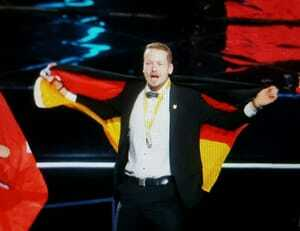 Gratulation! Fliesenleger Janis Gentner holt sich die  Goldmedaille.