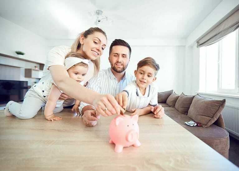 Familie mit zwei Kindern, sparen