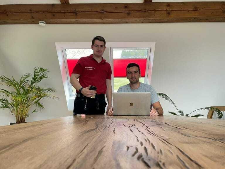 Marco Heine (re.) hat mit seinem Bruder Daniel Heine eine App für den elterlichen Zimmereibetrieb entwickelt.