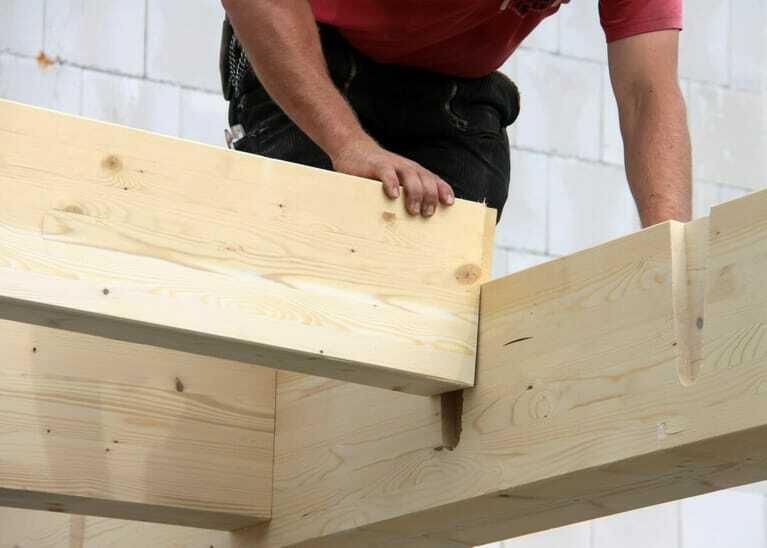 Holzbau, Dachstuhl, Baustoff Holz