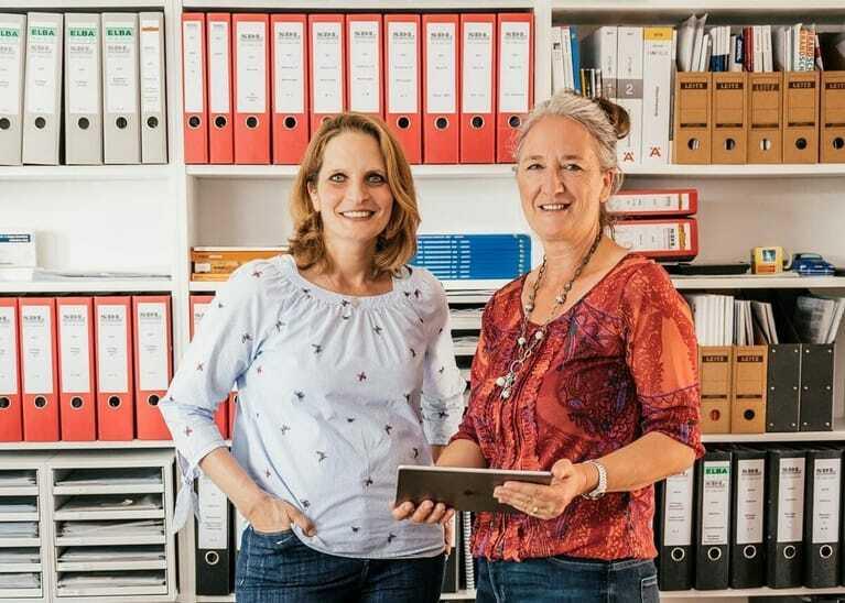 Astrid Postel (re.), Betriebschefin von SDL Postel,  erledigt mit Mitarbeiterin Tanja Krütt die Büroarbeit.