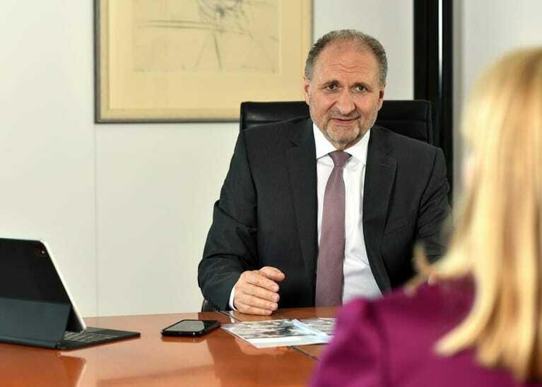 Hans Peter Wollseifer am Schreibtisch